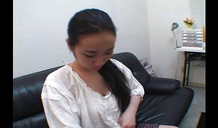 젊은 걸 보여줍 성별을 가진 젊은 일본 여자